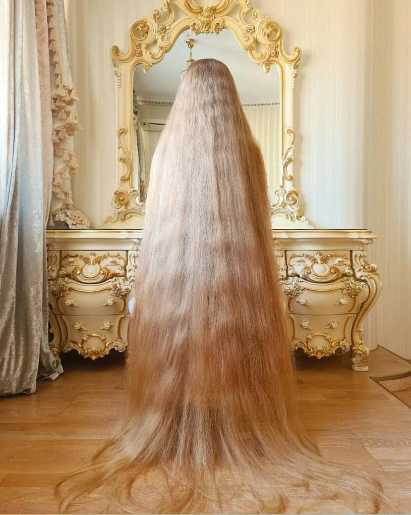 Długość włosów Aleny Kravchenko naprawdę imponuje /Mediadrumworld/@alenuwka_longhai/Media Drum/East News /East News