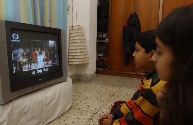 Długotrwałe oglądanie telewizji nie służy zdrowiu najmłodszych /AFP