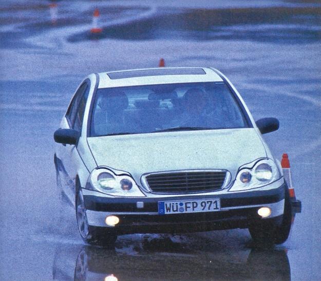 Długotrwałe testy doprowadziły do tego, że C-klasa zachowuje się na drodze komfortowo, ale jak niezły samochód sportowy. W różnych wersjach wyposażenia dostępne są też różne zestawy zawieszeń, dla ludzi ceniących wygodę lub aktywną jazdę. /Mercedes