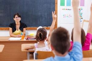Dłuższa praca nauczycieli? To się nie opłaci