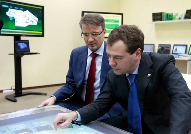 Dmitri Medwiediew (P), prezydent Rosji i Herman Gref (L), prezes Sbierbanku /AFP