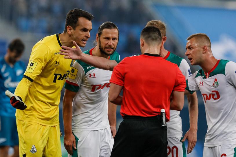 Dmitrij Barinow (pierwszy z prawej) jest jednym z zarażonych. Grzegorz Krychowiak (drugi od lewej) nie jest chory /Getty Images