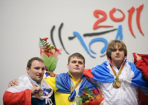 Dmitrij Łapikow (pierwszy z prawej) z rezultatem 419 kg w dwuboju wygrał w kategorii +105 kg w ME /AFP