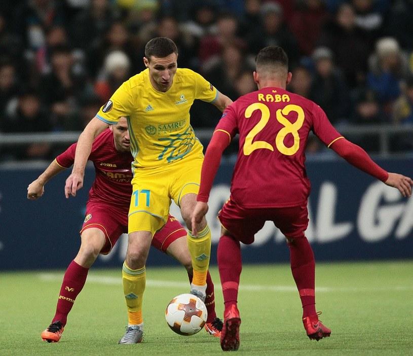 Dmitrij Szomko w pojedynku z Danielem Rabą /AFP