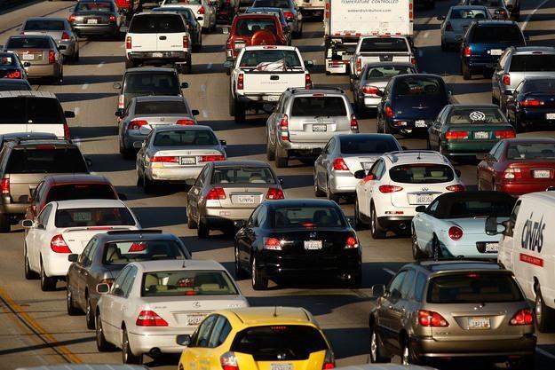 Do 2050 r. samochody na tradycyjne paliwo powinny zniknąć z europejskich dróg /AFP