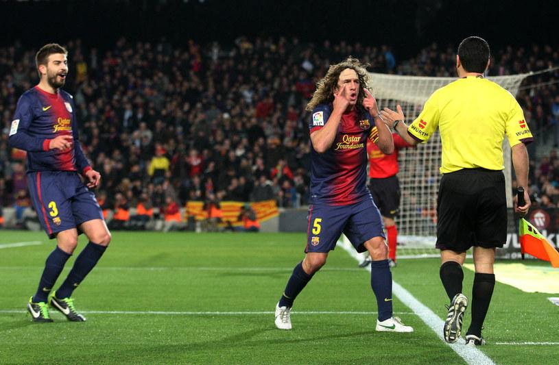 """Do Alberta Undiana Mallenco pretensje mieli także piłkarze Barcelony podczas Gran Derbi z Realem Madryt. Carles Puyol (z lewej Gerard Pique) zdaje się mówić: """"Panie sędzio, gdzie pan ma oczy?!"""" /AFP"""
