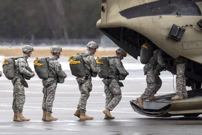 Do Bagdadu poleci dodatkowych 350 żołnierzy /ARMIN WEIGEL /PAP/EPA