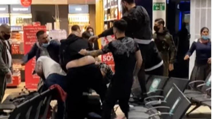 Do bójki z udziałem kilkunastu osób doszło na lotnisku Luton /YouTube
