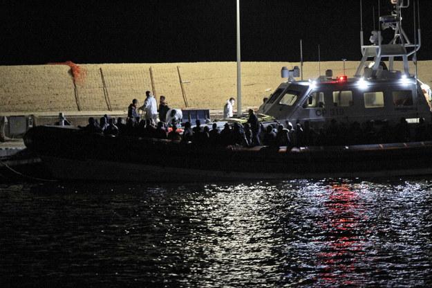 Do brzegów Lampedusy niemal każdego dnia przybijają łodzie z migrantami /PASQUALE CLAUDIO MONTANA LAMPO /PAP/EPA