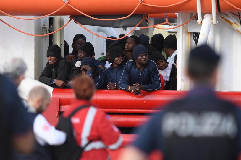 Do brzegu Włoch znów przybywają migranci z Afryki przez Morze Śródziemne /PAP/EPA