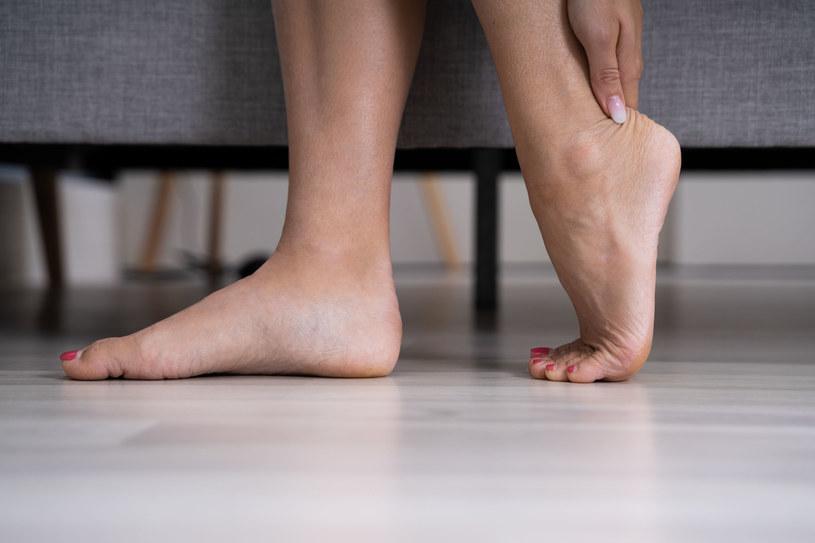 Do chodzenia po domu, buty lub odpowiednio wyprofilowane klapki są konieczne /123RF/PICSEL