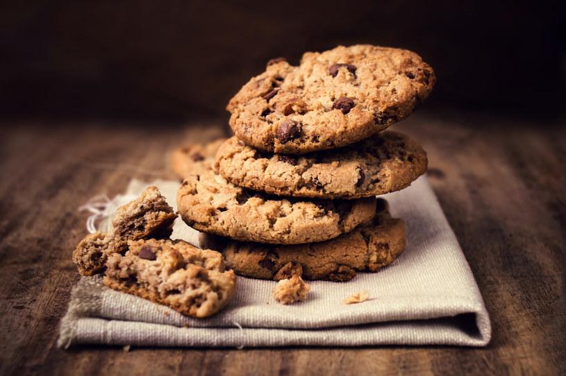 Do ciasta możesz dodać łyżkę kakao, skórkę otartą z cytryny lub pomarańczy, posiekane orzechy albo drobne suszone owoce /123RF/PICSEL