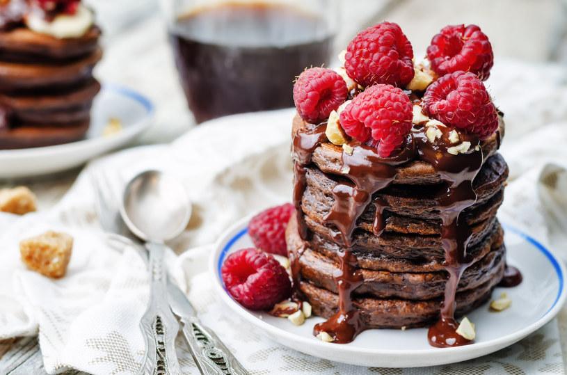 Do ciasta na pancakes możesz dodać kakao albo cynamon /123RF/PICSEL