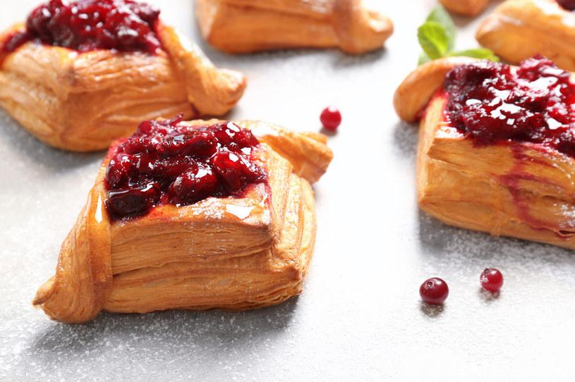 Do ciastek możesz użyć także czereśni. Ponieważ mają mniej soku niż wiśnie, nie musisz ich wcześniej gotować /123RF/PICSEL