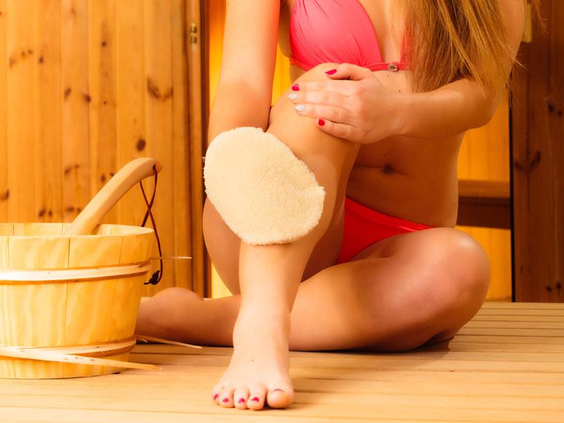 Do codziennego masażu możesz użyć szczotki lub rękawicy z wypustkami /123RF/PICSEL