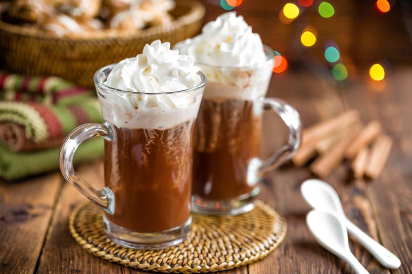 Do czekolady warto dodać szczyptę soli, żeby nie wydawała się zbyt słodka. Można dodać również łyżeczkę whisky /123RF/PICSEL