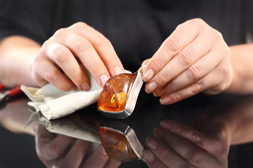 Do czyszczenia bursztynów świetnie sprawdzi się oliwa z oliwek /123RF/PICSEL