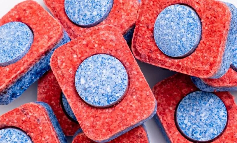 Do czyszczenia kratki wentylacyjnej można wykorzystać tabletki do zmywarki /123RF/PICSEL