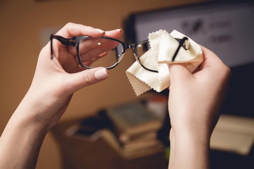 Do czyszczenia okularów używaj ściereczki z mikrofibry /123RF/PICSEL