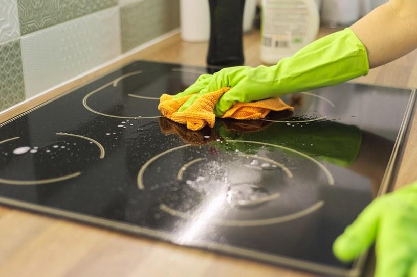 Do czyszczenia śladów po jedzeniu lub odbitych dłoni najlepszy będzie... płyn do czyszczenia szyb! /123RF/PICSEL