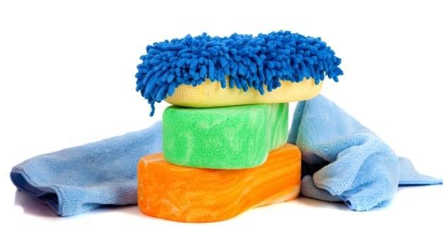 Do czyszczenia szyb i plastików często potrzeba kilku ściereczek. Należy prać je po każdym użyciu. /Shutterstock
