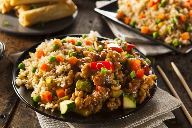 Do dania możesz dodać cukinię, zielony groszek czy pieczarki /123RF/PICSEL