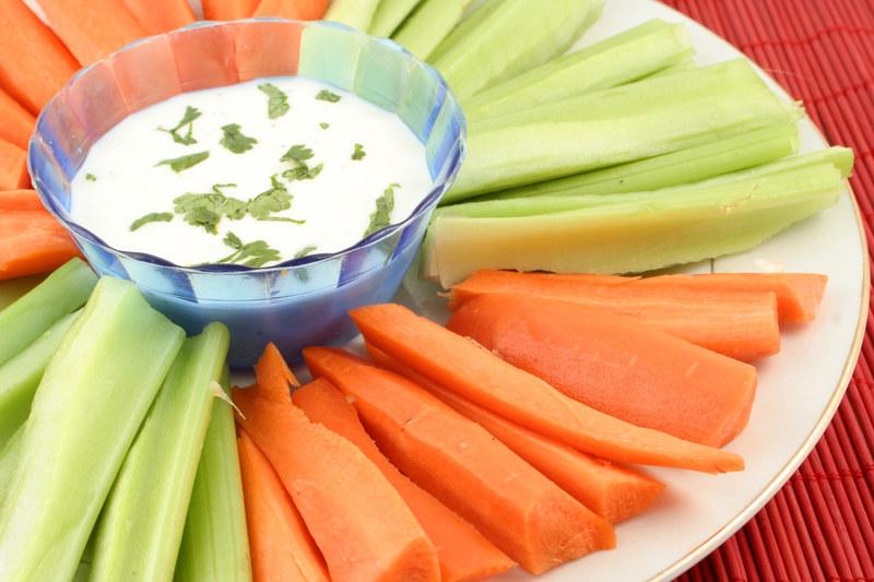 Do dipów idelanie pasują krojone warzywa- seler naciowy i marchewka  /© Panthermedia