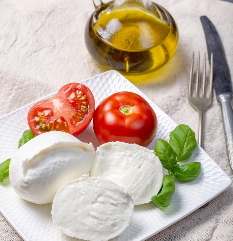 Do dobrej jakości mozzarelli i pomidorów  wystarczy odrobina oliwy i szczypta soli. /123RF/PICSEL