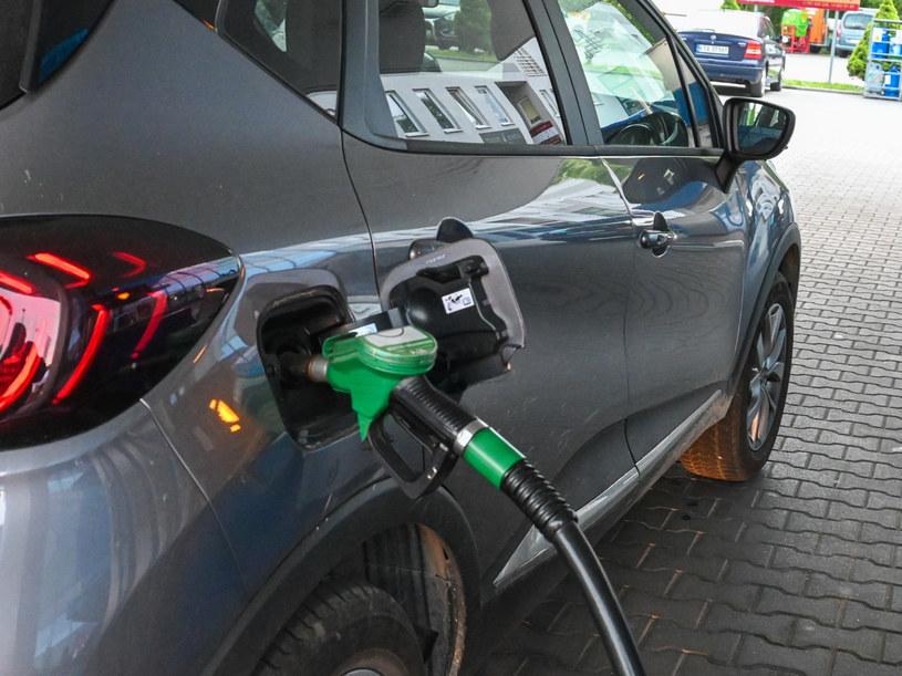 Do Europy nam daleko. Polacy mają drogie paliwo, mało zarabiają i jeżdżą starymi autami /Tadeusz Koniarz /Reporter