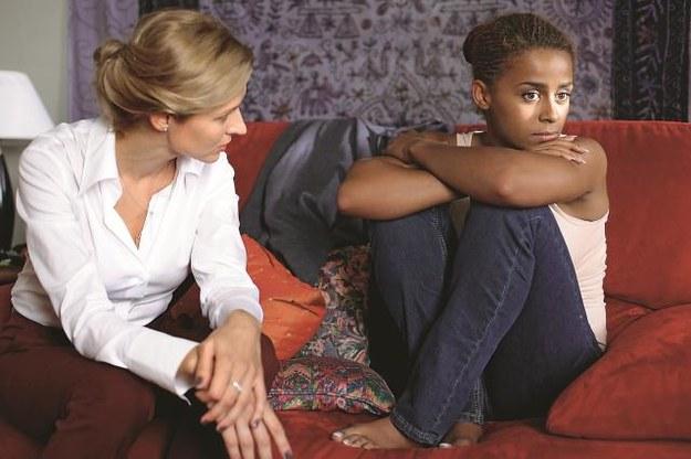 Do fundacji Marty (Urszula Grabowska) trafia zgwałcona Nigeryjka (Aleksandra Szwed). Marta rozmawia o tym z córką Anką (Maria Niklińska, zdj. z prawej). /Mat. Prasowe