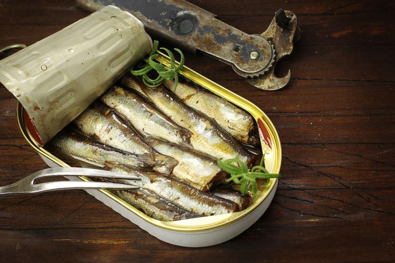 Do głównych źródeł witaminy D należą tłuste ryby, takie jak łosoś czy sardynki /123RF/PICSEL