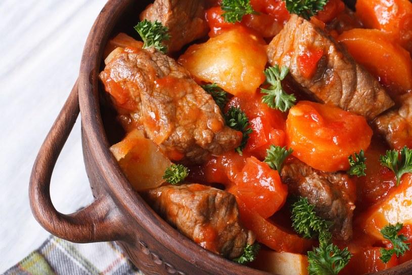Do gulaszu warto dodać odrobinę przecieru pomidorowego /123RF/PICSEL