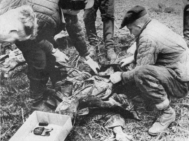 Do identyfikacji zwłok wydobytych z katyńskich mogił służyły znalezione przy pomordowanych rzeczy osobiste i dokumenty. Katyń 1943 r. /CAF /PAP
