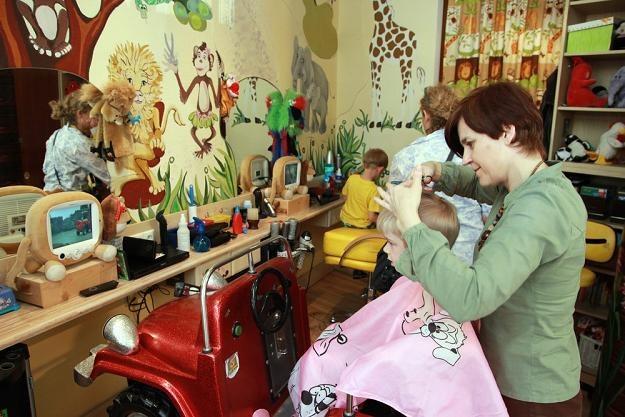 Do jednego zakładu fryzjerskiego przychodziło pięciu przedstawicieli różnych organów.Fot. M. ZAJDLER /Agencja SE/East News