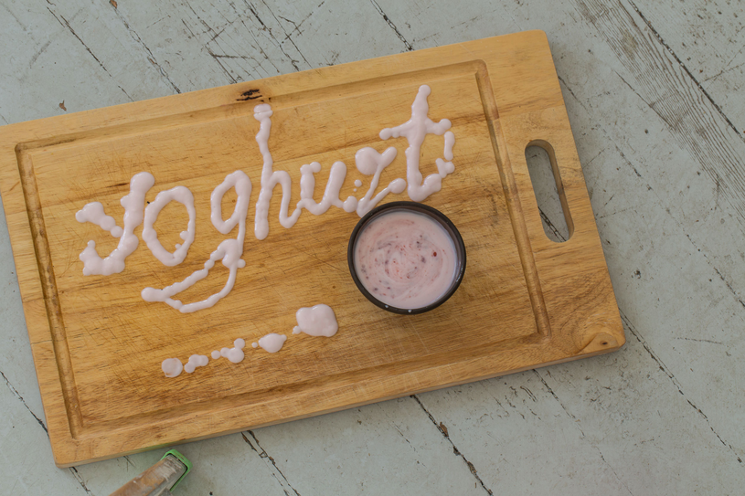 Do jogurtu dodaj owoce, orzechy i migdały i śniadanie gotowe /123RF/PICSEL
