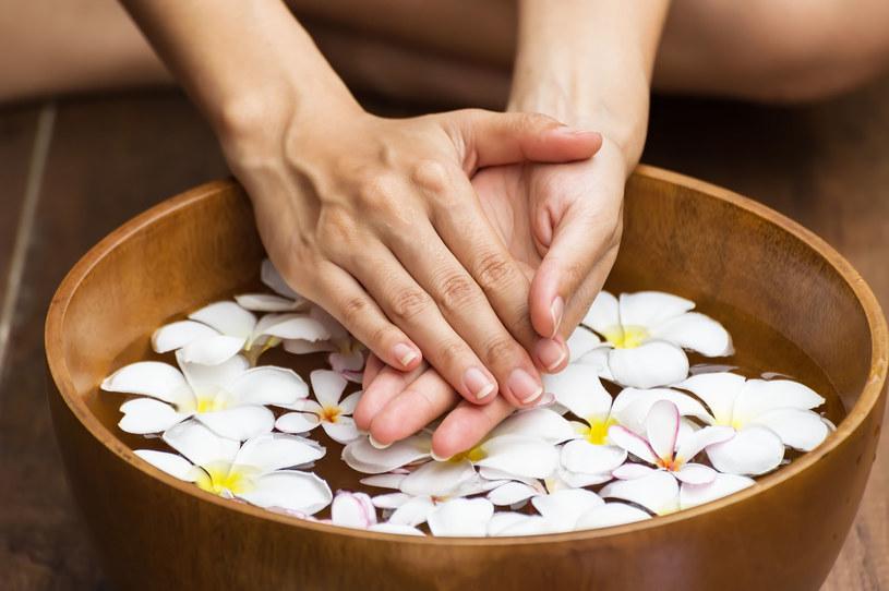 Do kąpieli dłoni możesz dodać ulubiony aromat lub olejek /123RF/PICSEL