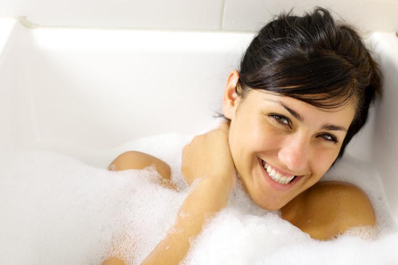 Do kąpieli dodaj... olejek do opalania! /123RF/PICSEL
