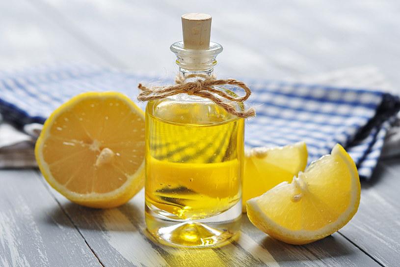 Do kąpieli dodawaj krople olejków cytrusowych. Wystarczy 20 minut dwa razy w tygodniu /123RF/PICSEL