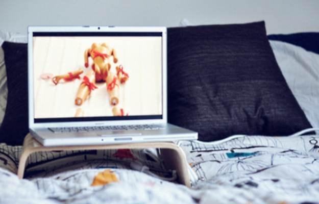 """Do kupienia są """"prawdziwe"""" poduszki wspierajace notebooka w łóżku (m.in. Philipsa) /gizmodo.pl"""