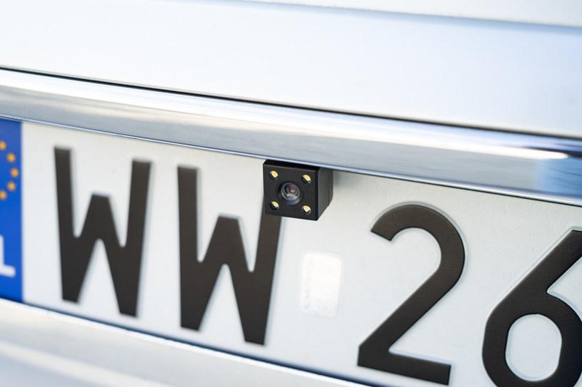 Do lusterka z rejestratorem Vordon DVR-190 dołączona jest kamera cofania /INTERIA.PL