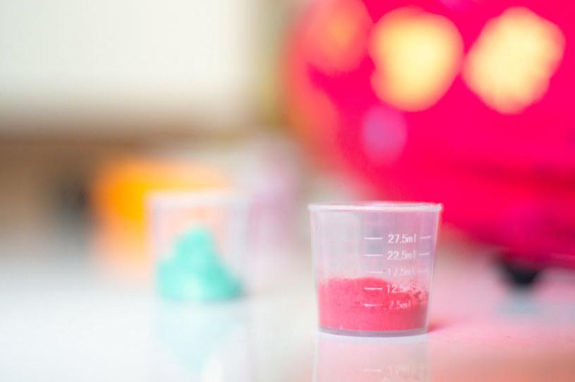 Do miki mogą być dodawane pigmenty, które nadają jej kolor /123RF/PICSEL