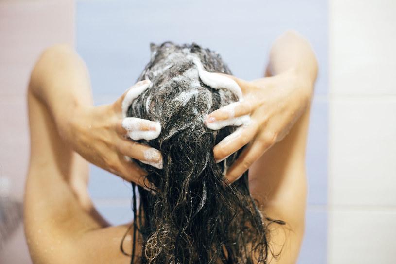 Do mycia włosów warto też użyć szamponu z delikatnym pigmentem /123RF/PICSEL