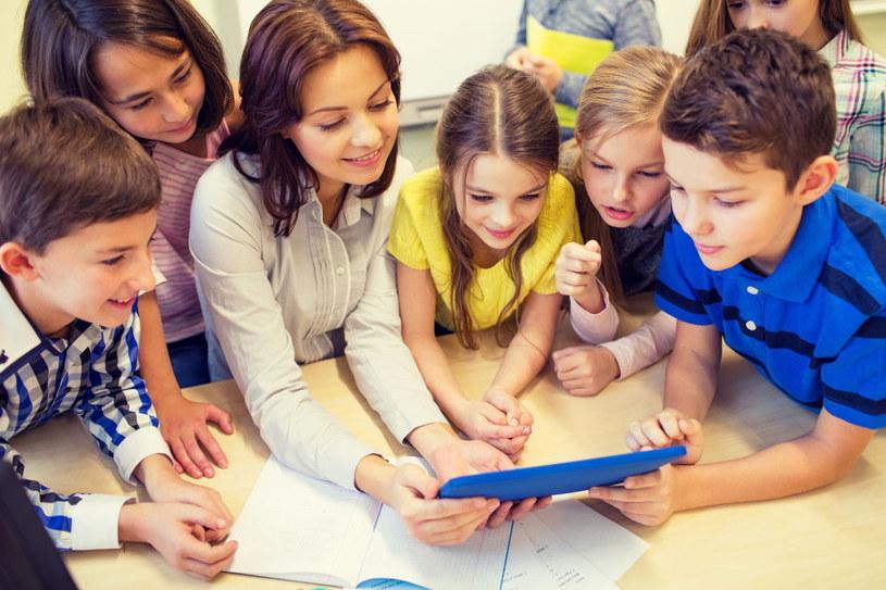 Do nauczyciela należy nauczenie podopiecznych krytycznego podejścia do tego, co oglądają w sieci /123RF/PICSEL