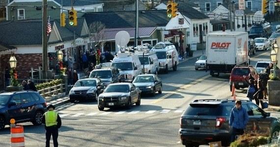 Do Newtown zjeżdżają tysiące Amerykanów chcących oddać hołd tragicznie zmarłym /JUSTIN LANE /PAP/EPA