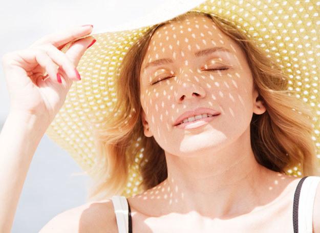 Do niedawna powszechnym było przekonanie, że słońce leczy trądzik /123RF/PICSEL