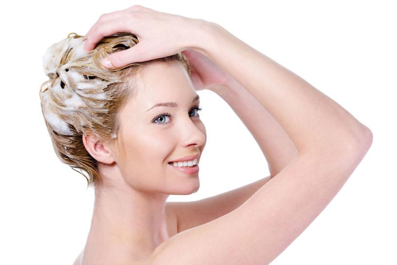 Do pielęgnacji tłustych włosów możesz użyć soku z cytryny /123RF/PICSEL
