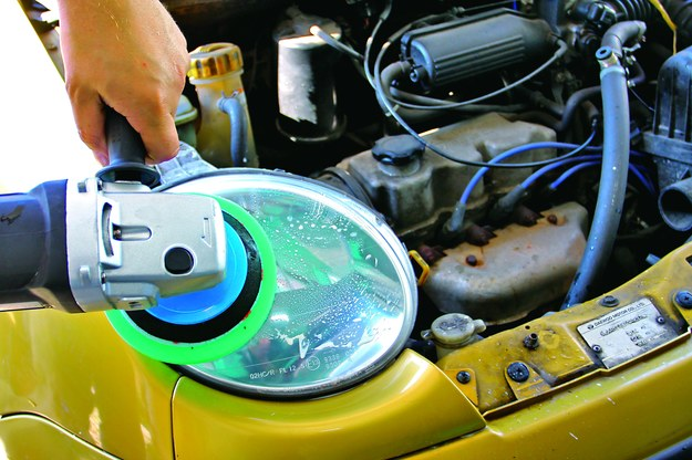 Do polerowania można wybrać pastę do tworzyw sztucznych. /Motor