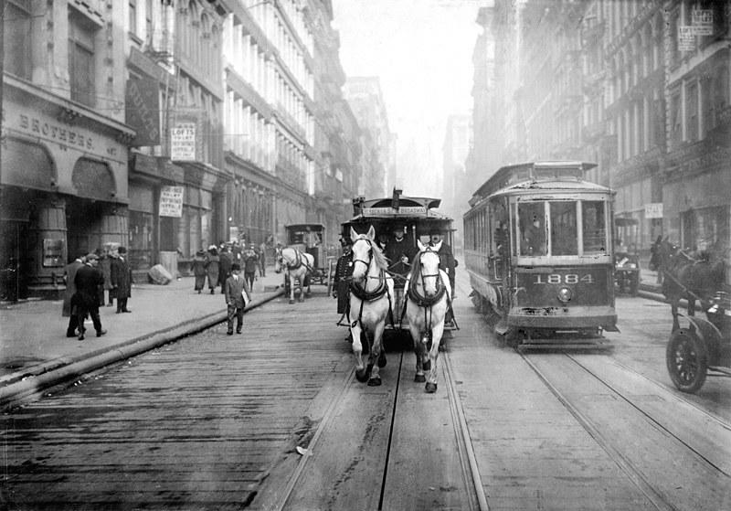 Do połowy lat 40. tramwaje stanowiły podstawę amerykańskiego transportu publicznego. Na zdjęciu ostatni z tramwajów konnych. Początek XX wieku /Wikimedia Commons /domena publiczna