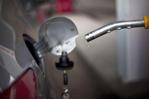 Do połowy lipca paliwo będzie tanieć /AFP