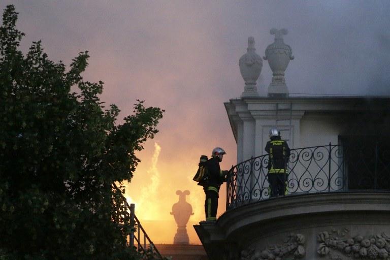 Do pożaru dachu słynnego Hotelu Lambert doszło w nocy z wtorku na środę /AFP